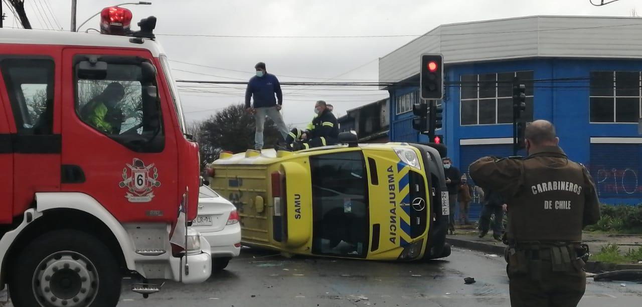 Ambulancia terminó volcada mientras se dirigía a emergencia en Concepción