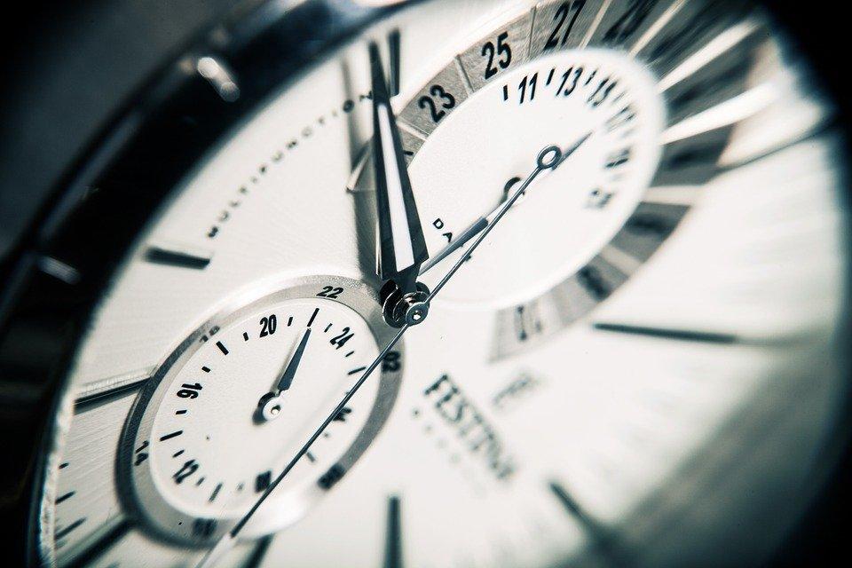 ¿Se atrasa o adelanta?: revisa cómo ajustar tu reloj en el próximo cambio de hora