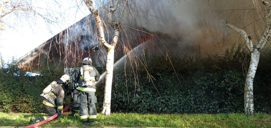 Incendio de proporciones afecta a una vivienda en Los Ángeles