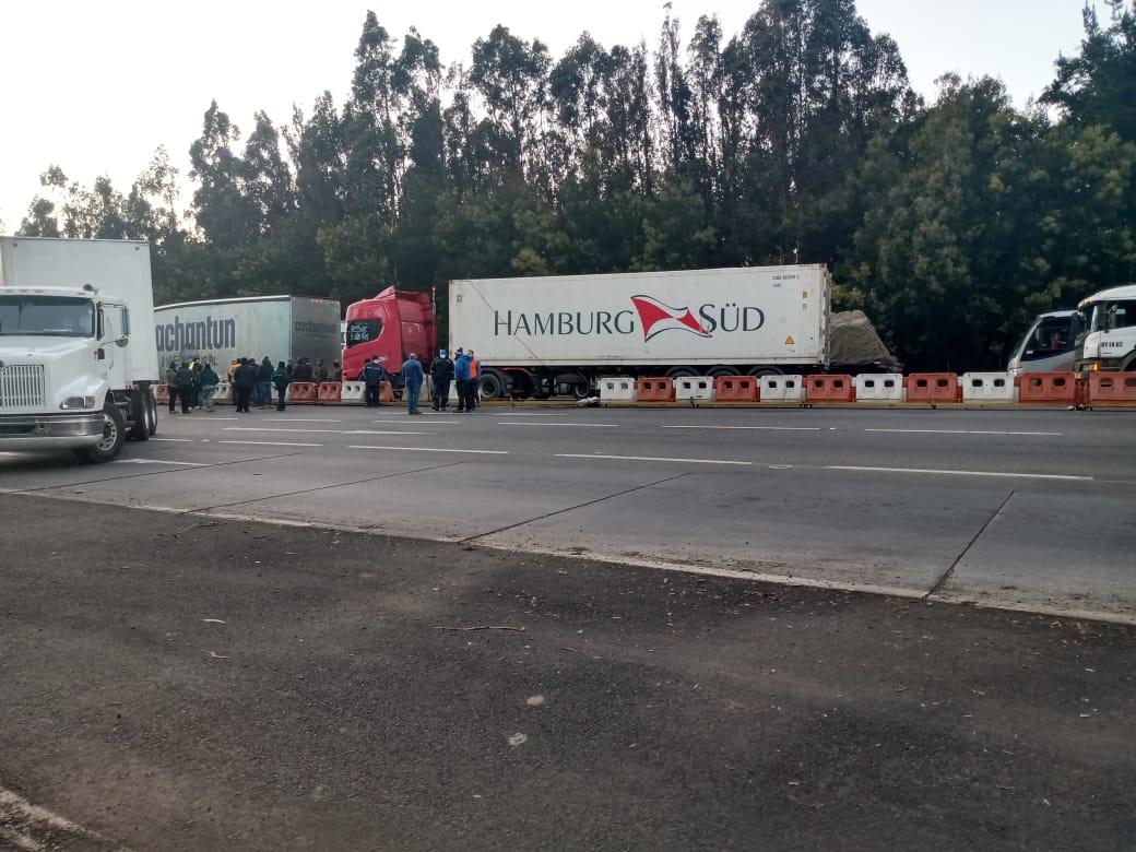 Camioneros bloquean la ruta 5 sur a la altura de Mulchén