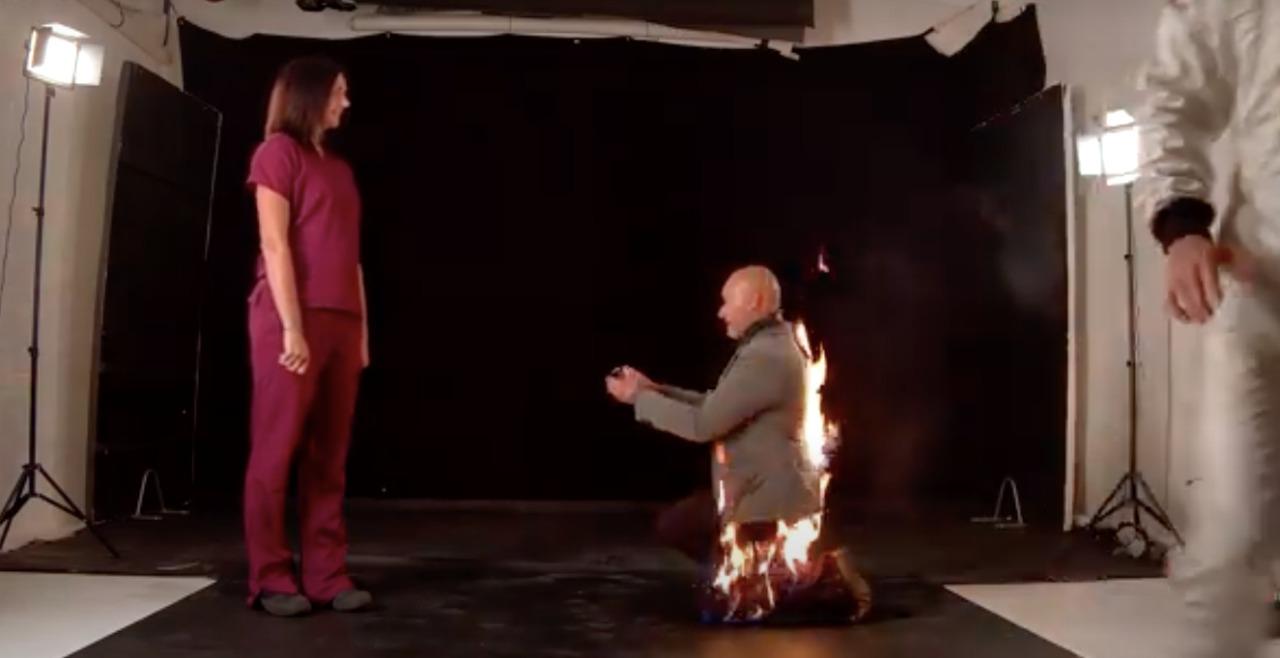 Tenía que ser así: doble de riesgo pidió matrimonio envuelto en llamas