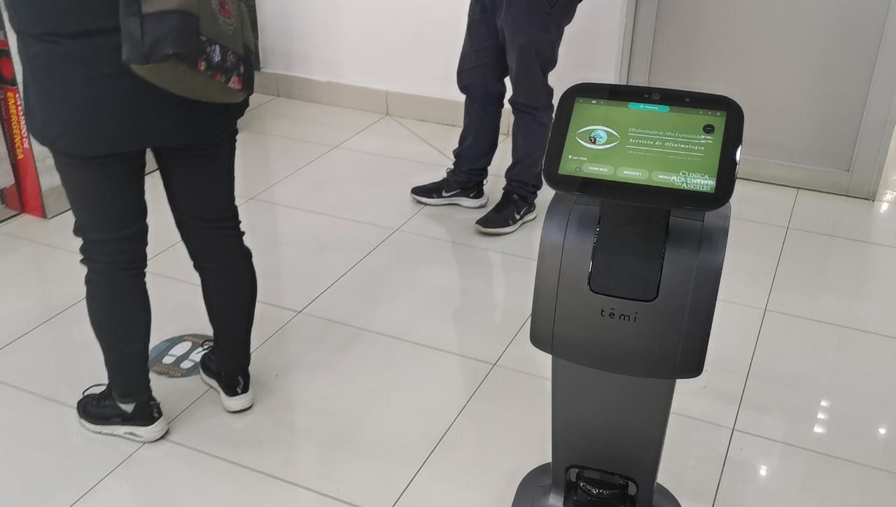 Clínica Adventista cumple 41 años y ofrece robot de atención al público