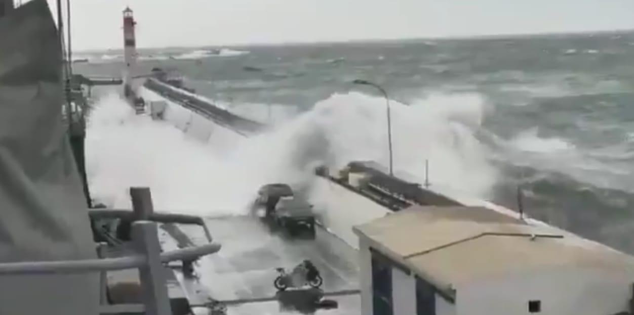 Video muestra fuerza de marejadas arrastrando automóviles en Valparaíso