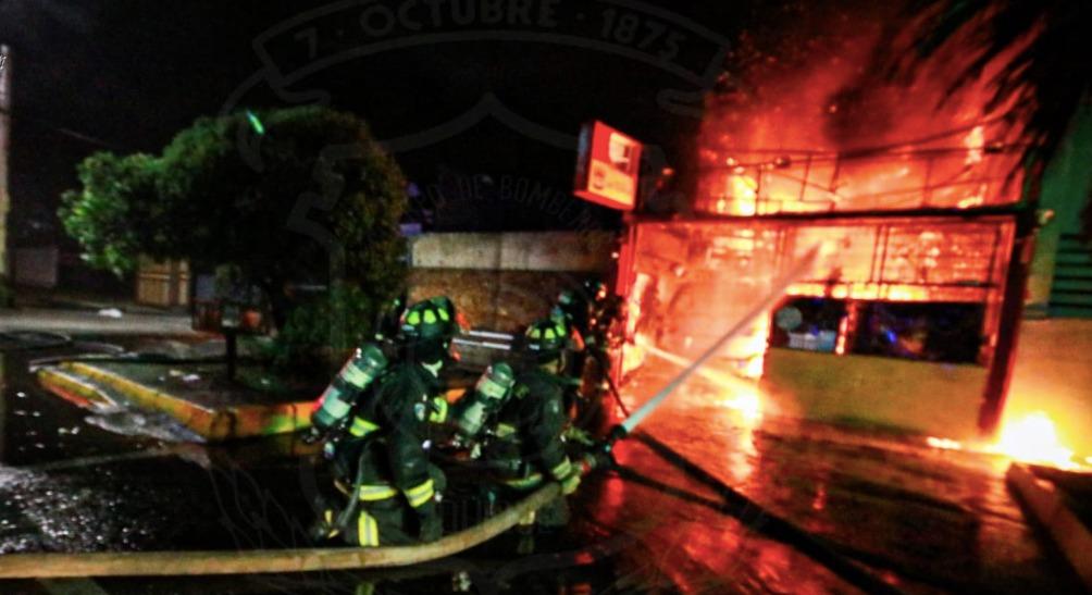 Un adulto y dos menores mueren tras incendio en local de comida rápida