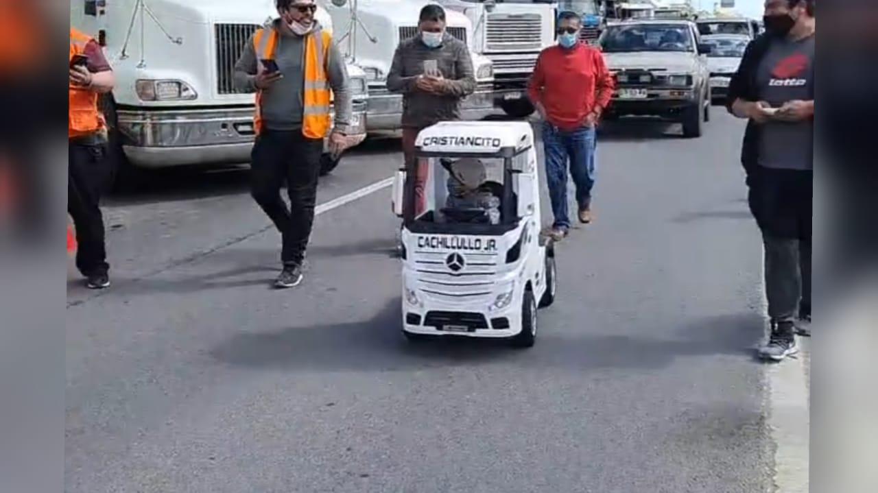 Mini camionero rompe la tensión de primera jornada de paro nacional