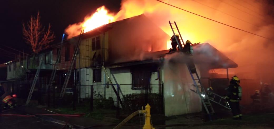 Violento incendio afectó 2 casas en población Galvarino de Los Ángeles