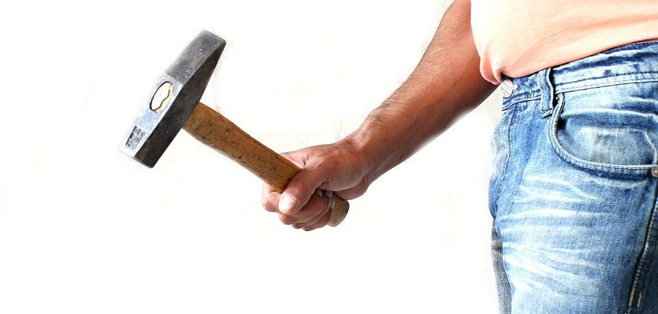 Detienen a hombre que golpeó con martillo a su pareja y suegra