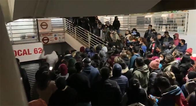 Clausuran Mall Chino en Santiago tras colapso y caóticas aglomeraciones