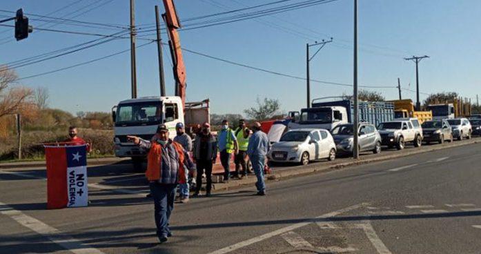 Camioneros cortan el tránsito en el cruce a Santa Bárbara y no dejan pasar a sus colegas