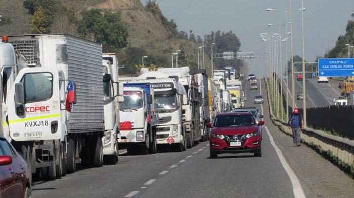 Camioneros en Los Ángeles 'avisan' al Gobierno: El movimiento sigue firme y se está radicalizando