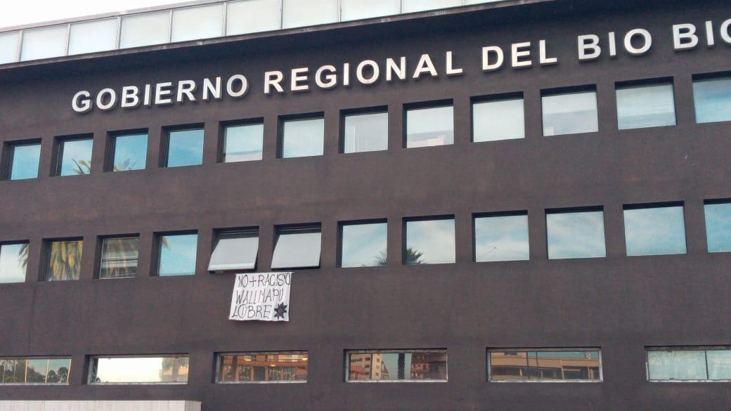 Core del Bío Bío colgó lienzo a favor de causa mapuche en edificio de la Intedencia