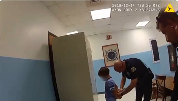 Polémico arresto de niño de 8 años causa indignación en Estados Unidos