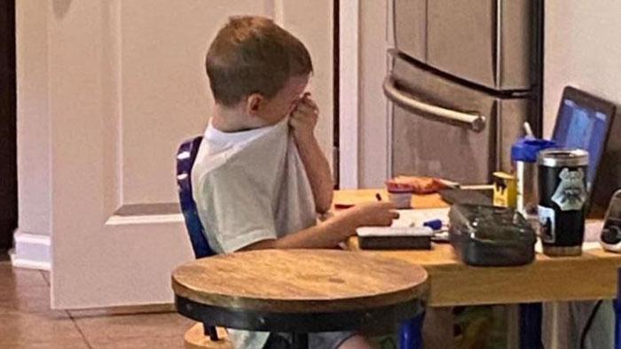Madre viraliza foto de su hijo llorando para generar conciencia sobre clases online