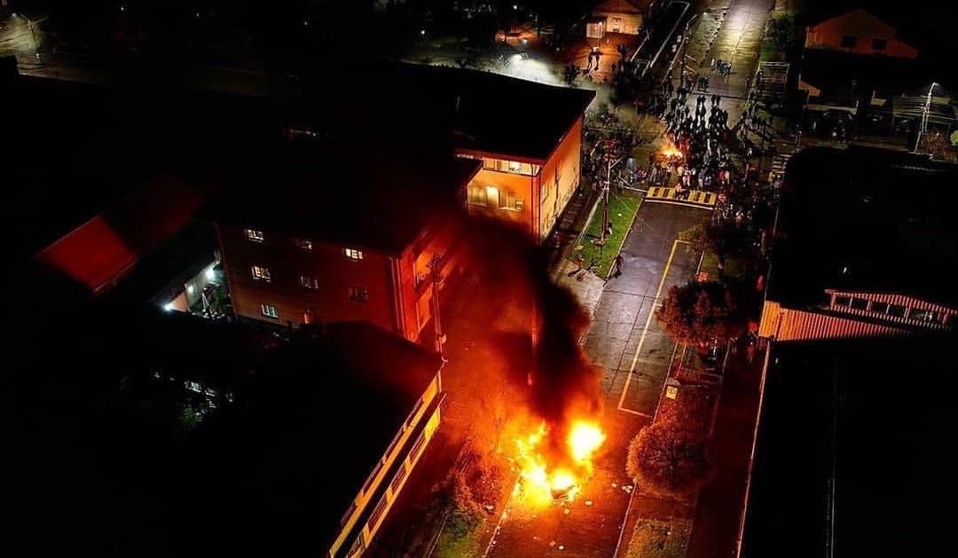 Vecinos de Curacautín le queman vehículos a mapuches que tomaron la Municipalidad