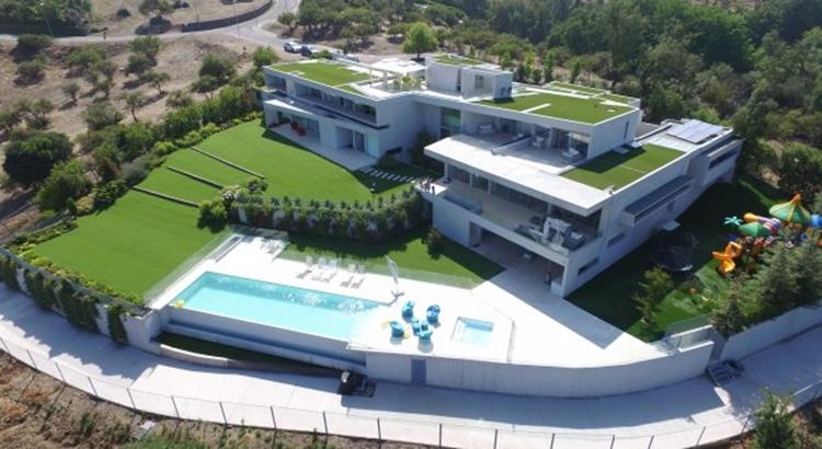 Chino Ríos en modo Cyber: su mansión en venta suma más de $3 mil millones de descuento