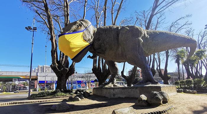 Para seguir el ejemplo: dinosaurios de Plaza Acevedo 'despertaron' con mascarillas