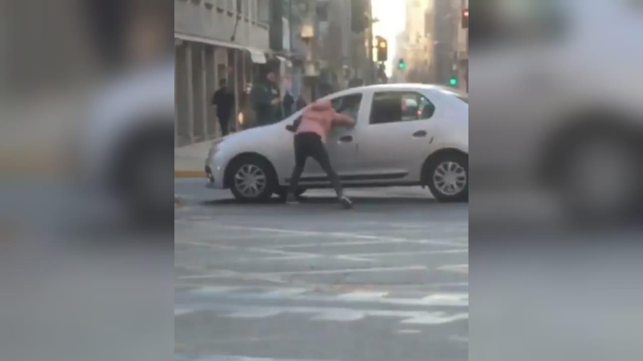 Habla 'motoboy' que saltó a un auto en movimiento: «No sé lo que me pasó»