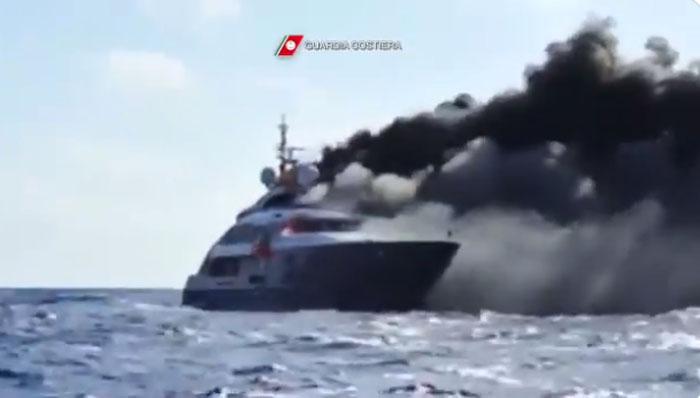 Impactante: yate de lujo envuelto en llamas se hunde en costa italiana