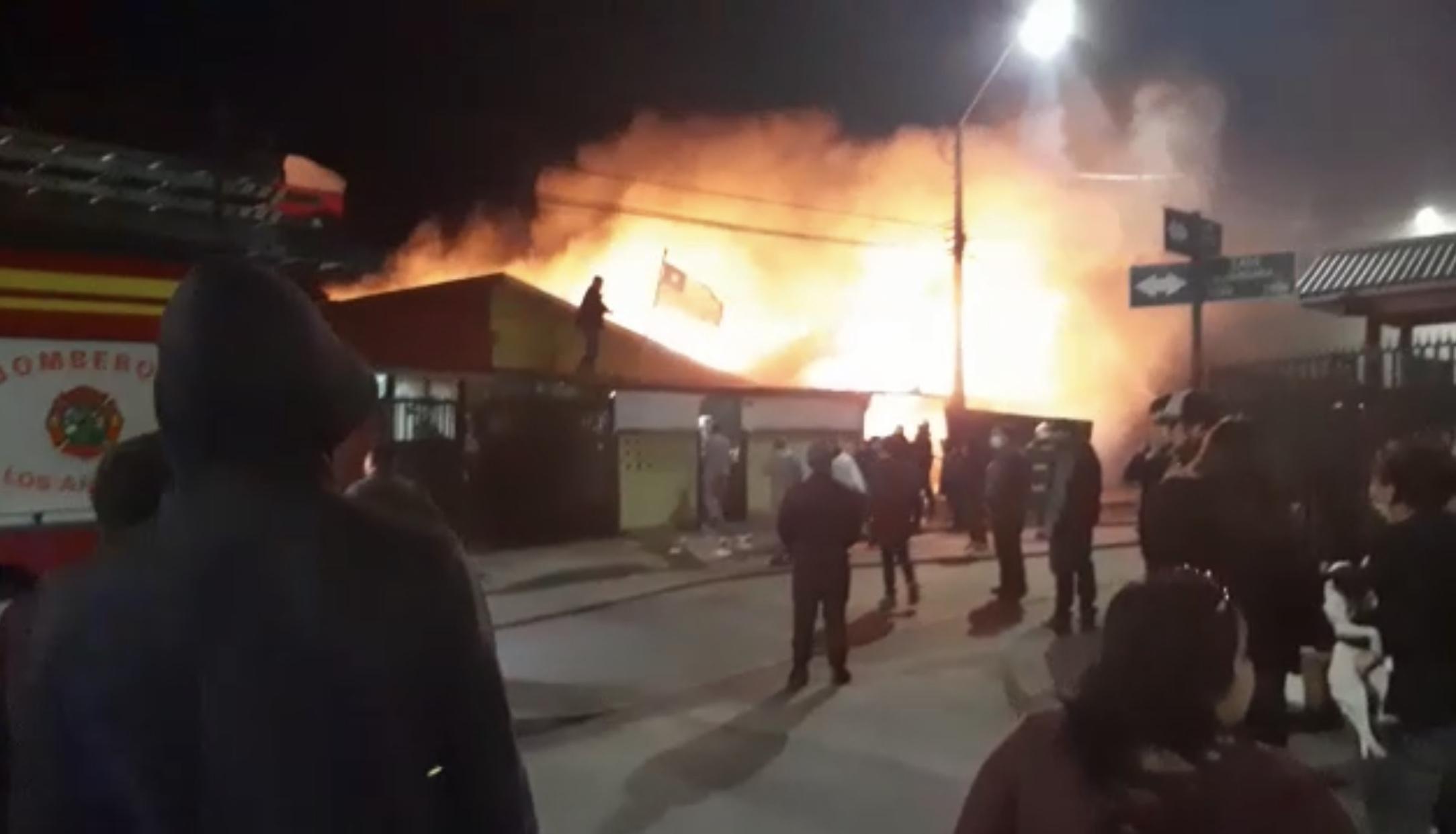 Cuatro viviendas son consumidas por las llamas en Los Ángeles