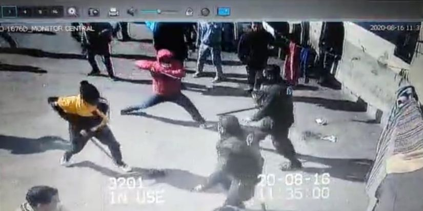 Video muestra a internos de Santiago 1 atacando con estoques a gendarmes