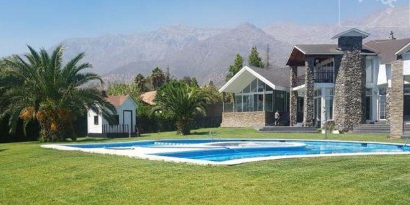 Tiene hasta una discoteca: la lujosa mansión que Arturo Vidal puso a la venta