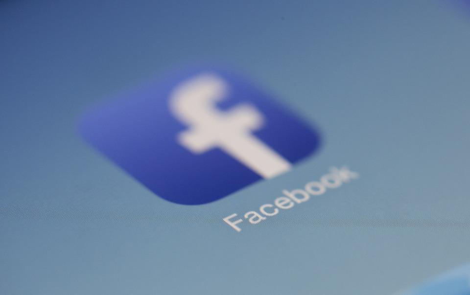 Hombre 'funado' pide a la justicia que prohiba Facebook en Chile