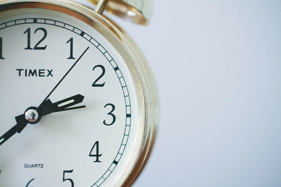 ¿Se adelanta o atrasa?: revisa cómo adaptar tu reloj al horario de verano