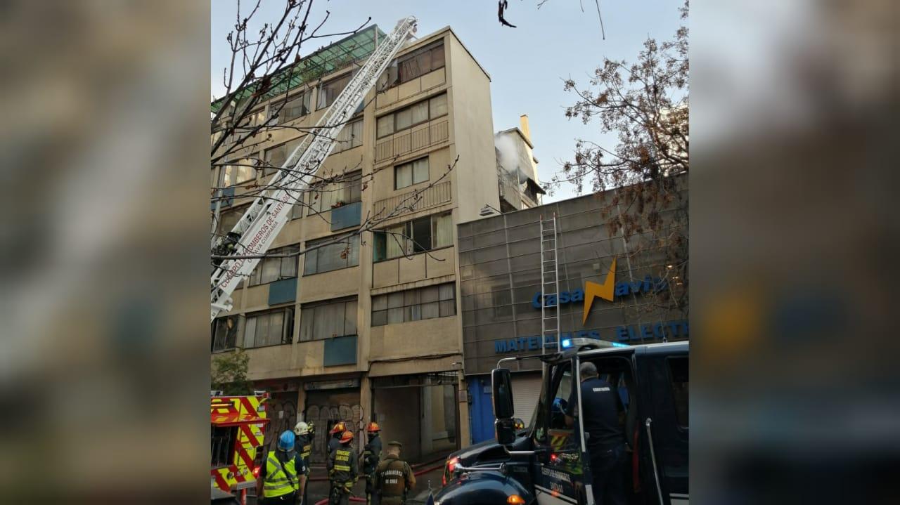 Adulta mayor muere en incendio que afectó a edificio en Santiago Centro