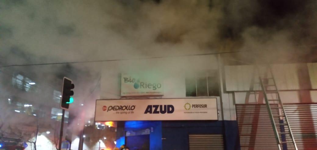 Incendio afecta a ferretería en pleno centro de Los Ángeles