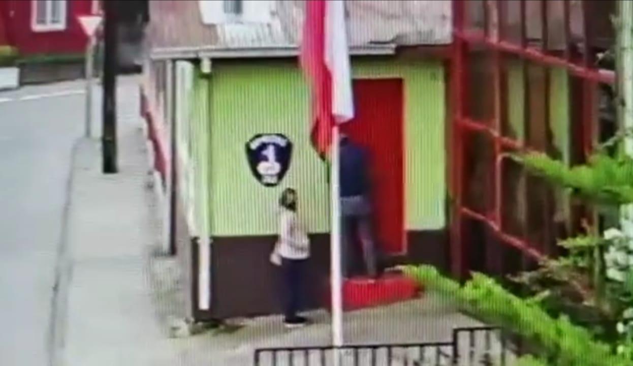 Bomberos de San Rosendo sufrió robo a plena luz de día: video captó el momento