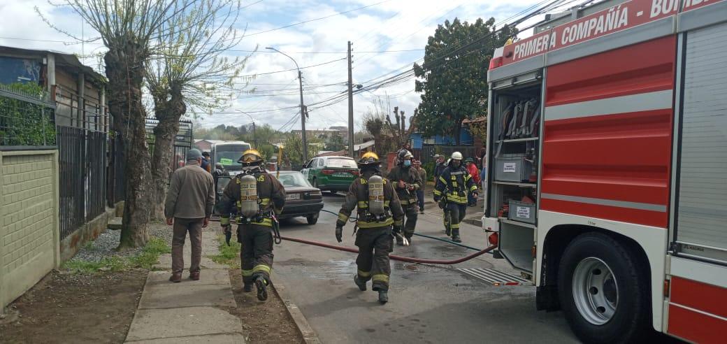 Bomberos controló incendio de automóvil al interior de una casa en Los Ángeles