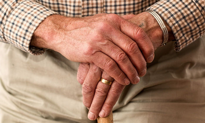 Insólito: Carabineros detuvo a un adulto mayor de 84 años que estaba practicando 'tiro al blanco' en una plaza