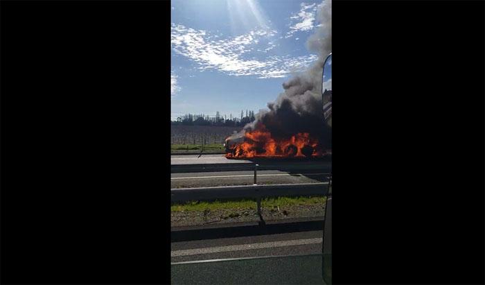 Los Ángeles: Voraz incendio consumió toda la cabina de un camión en plena Ruta 5 Sur