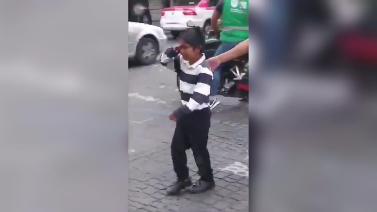 Indignación por niño que termina llorando cuando le arrebatan su mercancía