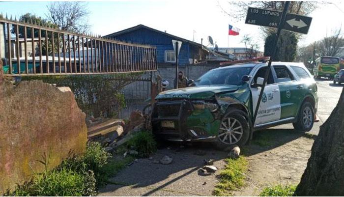 Patrulla de Carabineros impactó muralla de una casa por culpa de vehículo que no respetó ceda el paso