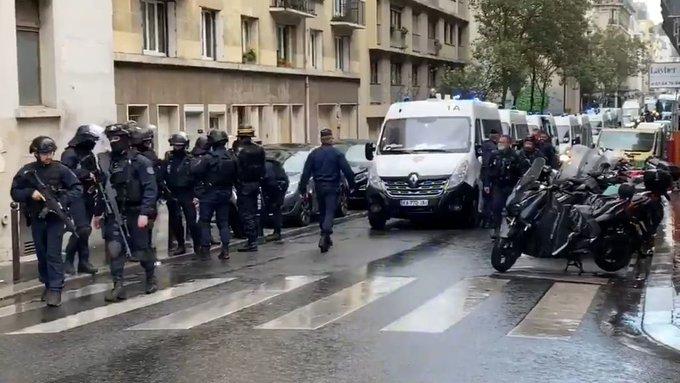 Dos personas heridas deja ataque cerca de la antigua sede de Charlie Hebdo