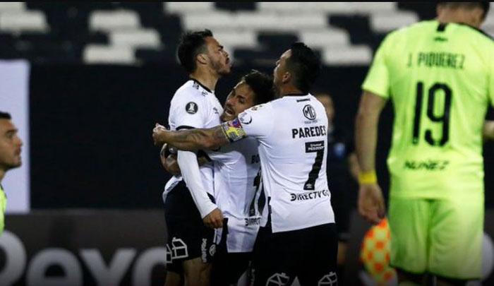 Con un histórico Paredes: Colo Colo venció a Peñarol y sigue con vida en Copa Libertadores