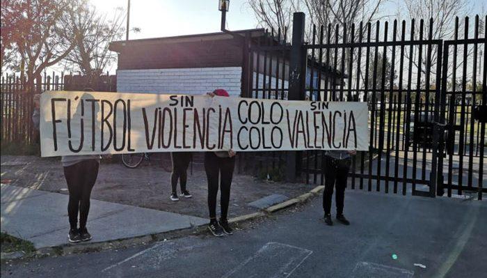 Hinchas de Colo Colo llegaron al Estadio Monumental para exigir la salida de Leonardo Valencia