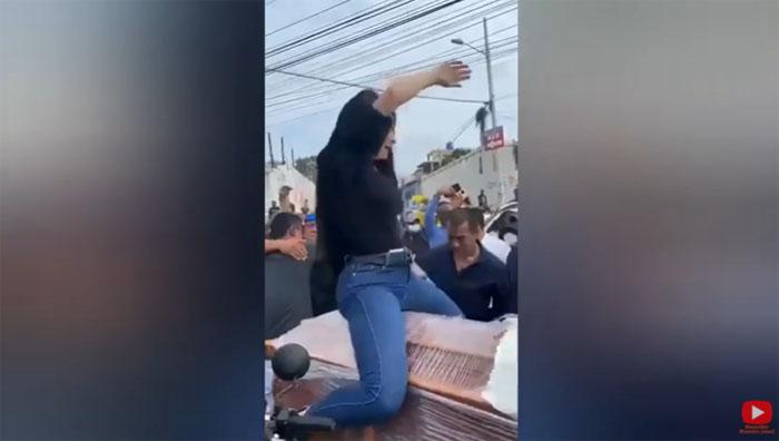 Mujer despide a su esposo asesinado bailando reggaetón sobre su ataúd: generó opiniones divididas