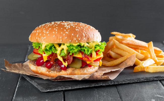 Mujer sorprendió al abrir una hamburguesa con papas fritas tras guardarla por 24 años