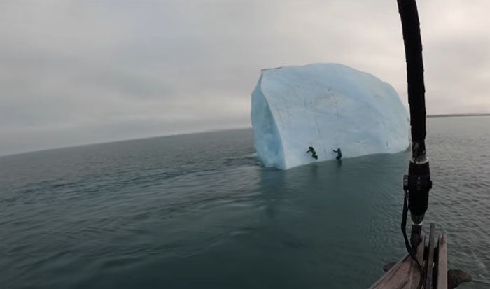Segundos de terror: Iceberg se vuelca encima de dos hombres que intentaban escalarlo