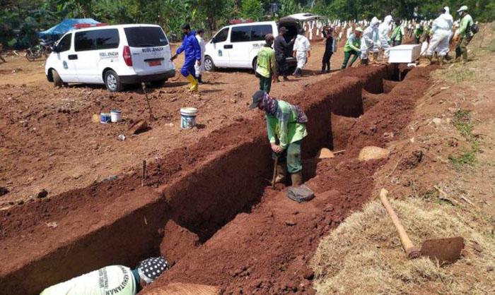 Cavar tumbas: el controvertido castigo para los que no usan su mascarilla en la vía pública