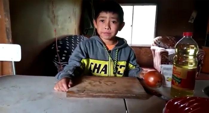 «El pebre más tierno del mundo»: niño se vuelve viral con adorable video donde enseña su receta