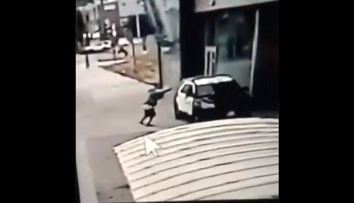 Impactante registro muestra a sujeto disparar por sorpresa a 2 policías: Trump pidió pena de muerte