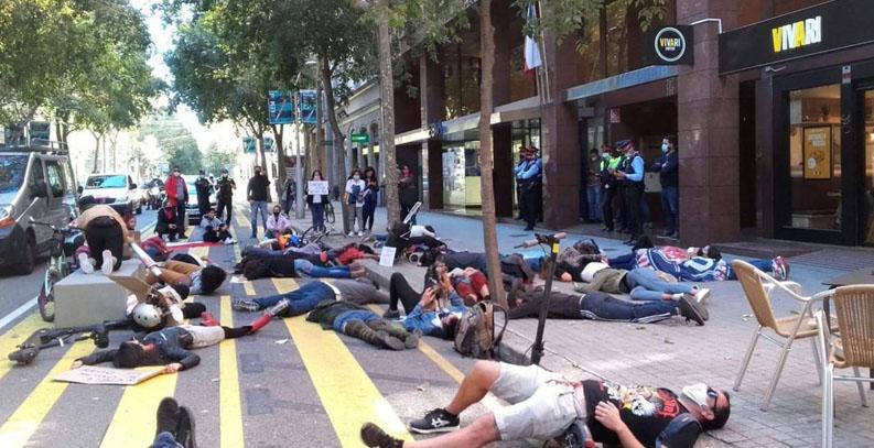Manifestantes en Barcelona realizaron intervención para solidarizar con joven empujado al Mapocho