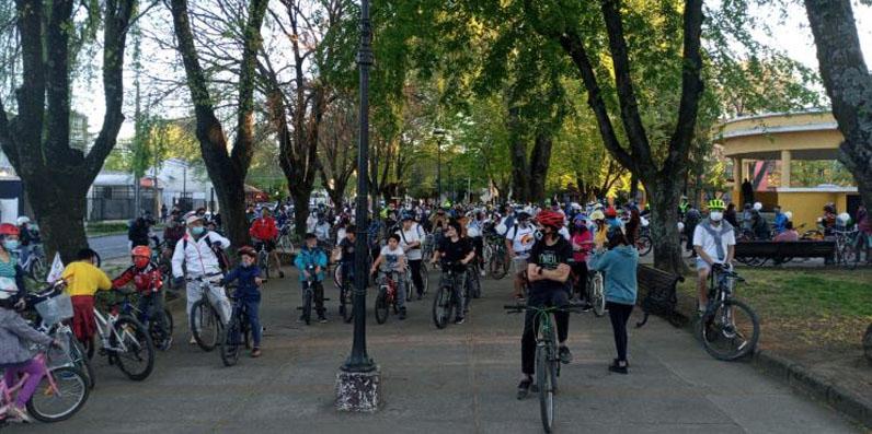 Ciclistas de LA realizan marcha para exigir justicia por docente que murió atropellado