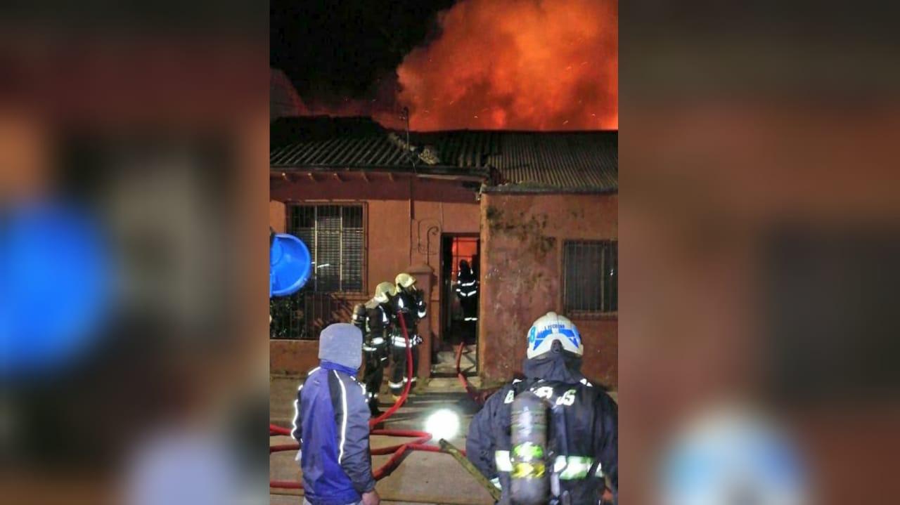 Bomberos acude a incendio que afecta a viviendas en Concepción