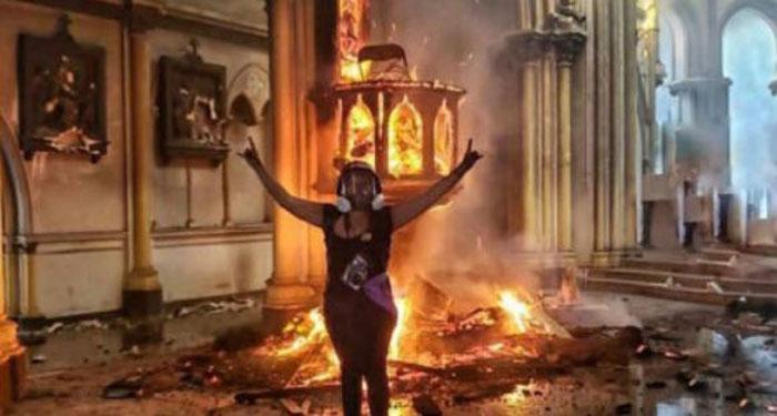 Joven publicó foto celebrando al interior de la iglesia de Carabineros incendiada