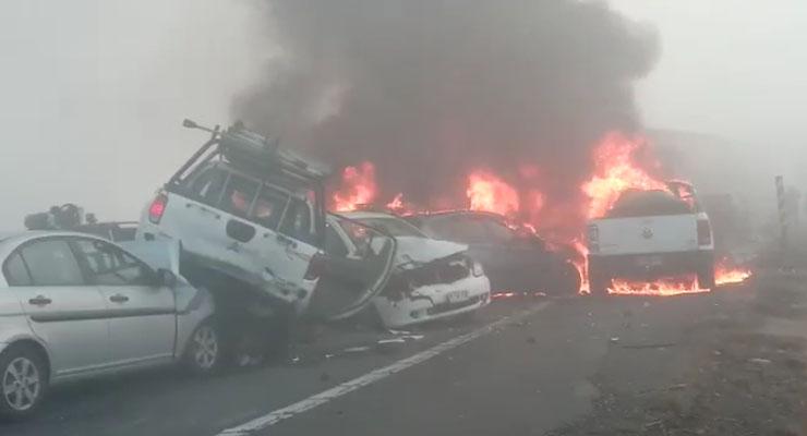 Brutal colisión múltiple en Victoria deja autos incendiándose y 2 fallecidos