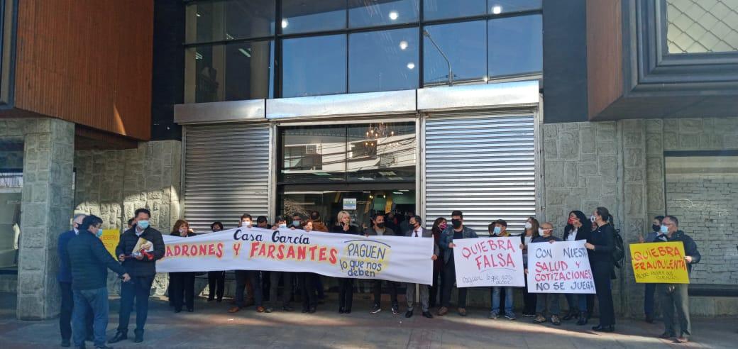 «Nos dejaron en la calle»: empleados de Casa García acusan no pago de imposiciones